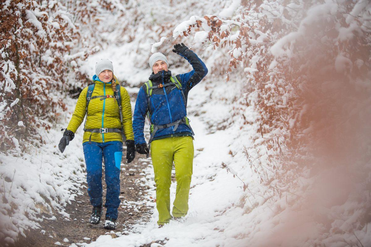 Jak si vybrat zimní bundu na turistiku - Průvodce